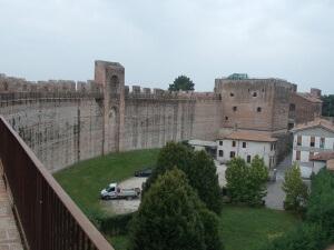 Mura di cittadella settore ripulito ben riconoscibile