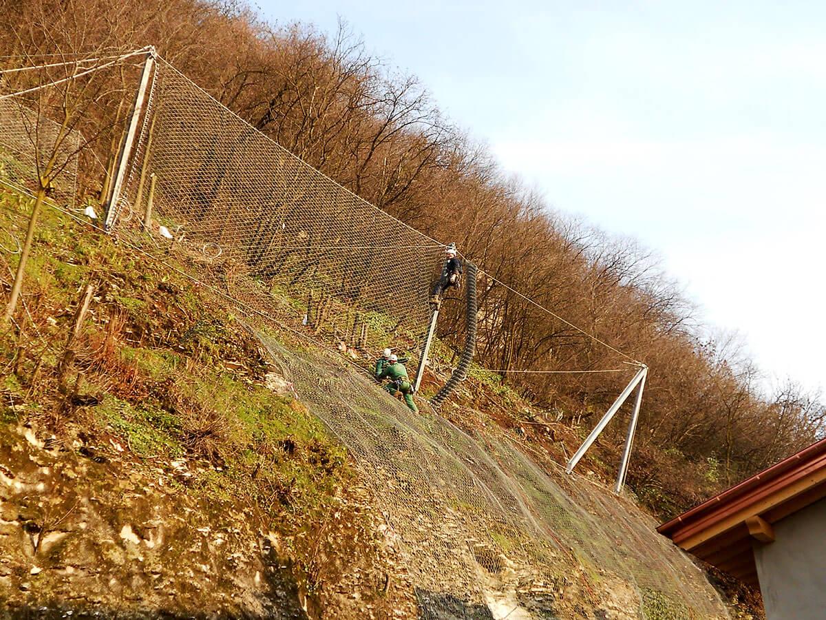 barriere paramassi opere speciali Montaggio di barriera paramassi a difesa degli edifici Chiampo