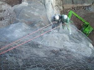 reti paramassi consolidamenti Realizzazione di ancoraggi in parete rocciosa Paitone