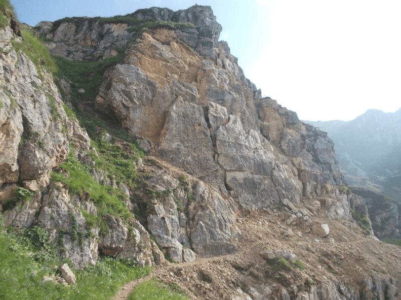 Foto della Strada delle 52 Gallerie e del sentiero Val Fontana d'Oro dopo il disgaggio pesante